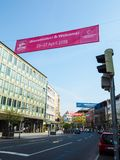 Het grote banner hangen in de stad om Hanover Messe 2018 te bevorderen stock foto