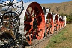 Het grote beeldhouwwerk van het metaalwiel in Kingston New Zealand stock foto