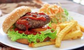 Het grote bovenste laagje van de Hamburger met tomatensaus Stock Foto's