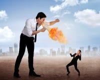 Het grote chef- schreeuwen aan haar werknemer met megafoon op brand Stock Foto's