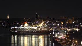 het grote cruiseschip komt aan stock videobeelden