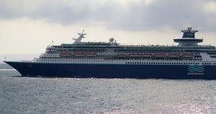 Het grote Cruiseschip Soevereine Varen over Middellandse-Zeegebied stock video