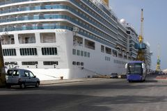 Het grote die schip van de luxecruise bij ladingshaven wordt vastgelegd Laag-coster-laagste passaenger oceaanlijn stock foto's
