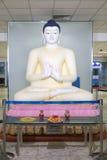 Het grote die standbeeld van Boedha in het Doorgangsgebied bij de Internationale Luchthaven van Bandaranaike wordt gevestigd Stock Afbeelding