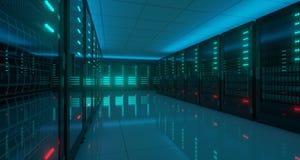 Het grote Donkere High-tech Centrum van Servergegevens met Weerspiegelende Vloer Arti Stock Foto