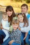 Het grote familie koesteren Gelukkig familieconcept Stock Foto