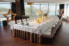 Het grote fijne restaurant van de banketlijst met vensters Royalty-vrije Stock Afbeeldingen