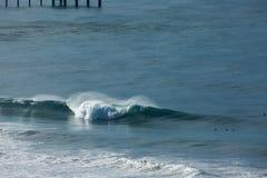 Het grote Golf Breken met Surfer op Schouder Stock Fotografie