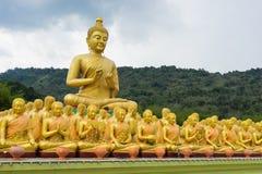 Het grote Gouden het Standbeeld van Boedha omringen door de kleine Standbeelden van Boedha, Royalty-vrije Stock Afbeelding