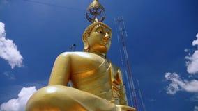 Het grote gouden standbeeld van Boedha in Azië stock video