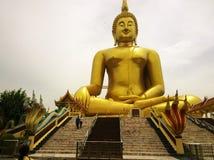 Het grote gouden standbeeld van Boedha bij de Tempel Ang Thong Province, THAILAND van WAT MUANG Muang stock foto's