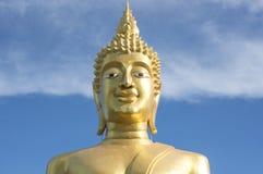 Het grote Gouden standbeeld van Boedha in de tempel met blauwe hemel en witte wolk Royalty-vrije Stock Foto's