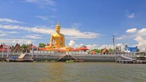 Het grote gouden standbeeld van Boedha dichtbij Chao Phraya-rivier Royalty-vrije Stock Afbeeldingen