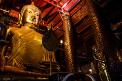 Het grote gouden standbeeld van Boedha in tempel in Wat Panan Choeng Stock Foto's