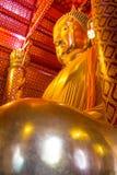 Het grote gouden standbeeld van Boedha in tempel in Wat Panan Choeng Royalty-vrije Stock Fotografie