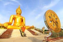 Het grote gouden standbeeld van Boedha van Wat Moung in Angthong-provincie, Royalty-vrije Stock Foto's