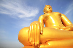 Het grote gouden standbeeld van Boedha van Wat Moung in Angthong-provincie, Royalty-vrije Stock Afbeelding
