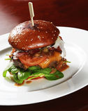 Het grote hoogtepunt van de rundvleeshamburger van verse groente Stock Afbeeldingen