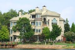 Het grote Huis van het Meer Royalty-vrije Stock Afbeeldingen