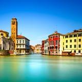 Het grote kanaal van Venetië Cannareggio, de kerkcampanile van San Geremia oriëntatiepunt. Italië Stock Afbeeldingen