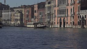 Het grote kanaal van Venetië met een waterbus stock footage