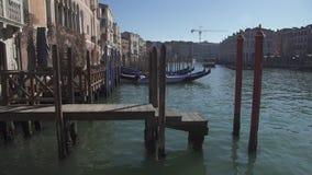 Het grote kanaal van Venetië met pieren en gondels stock videobeelden