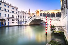 Het grote kanaal van Venetië, Rialto-brug bij zonsopgang Italië Stock Fotografie