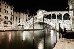 Het grote kanaal van Venetië, Rialto-de mening van de brugnacht. Italië Stock Fotografie
