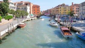 Het grote kanaal, watervervoer met toeristen zwemt voorbij gekleurde stadsgebouwen stock footage