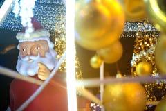 Het grote Kerstmanstandbeeld op decoratie bij Kerstmis en Nieuwjaarviering Stock Afbeeldingen