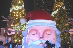 Het grote Kerstmanstandbeeld op decoratie bij Kerstmis en Nieuwjaarviering Royalty-vrije Stock Foto