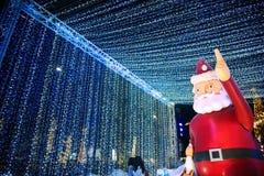 Het grote Kerstmanstandbeeld op decoratie bij Kerstmis en Nieuwjaarviering Stock Fotografie