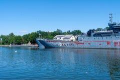 Het grote landende schip Minsk treft voor reparatie voorbereidingen stock afbeelding