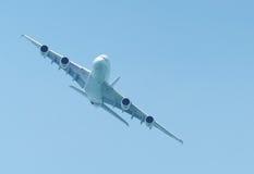 Het grote lijnvliegtuig vliegen Stock Foto's