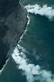 Het grote luchtschot van het Eiland - de lava ontmoet oceaan Stock Foto's