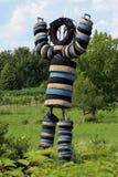Het grote menselijke die kijken beeldhouwwerk van banden wordt gemaakt stock fotografie