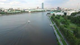 Het grote moderne stadscentrum bekeek hierboven van Mooi van lucht de meningsstad van Yekaterinburg met rivier, Rusland stock videobeelden