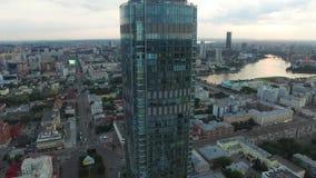 Het grote moderne stadscentrum bekeek hierboven van Mooi van lucht de meningsstad van Yekaterinburg met rivier, Rusland stock footage