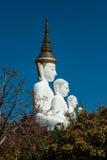 Het grote openluchtstandbeeld van Boedha op Wat Pha Sorn Kaew-tempel stock fotografie