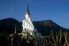Het grote openluchtstandbeeld van Boedha op Wat Pha Sorn Kaew-tempel stock foto