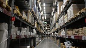 Het grote pakhuis van de Logistiekhangaar met partijenplanken of rekken met pallets van goederen stock video
