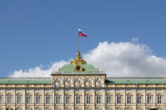 Het grote Paleis van het Kremlin in Moskou in Juli Bovenste gedeelte van het gebouw royalty-vrije stock afbeelding