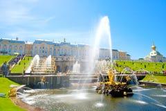 Het Grote Paleis van Peterhof in Petrodvorets Heilige Petersburg, Rusland stock fotografie