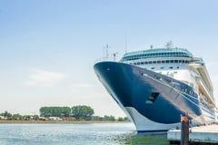 Het grote passagiersschip ligt aan de controle in de haven stock afbeelding