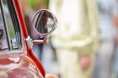 Het grote rode detail van de oldtimer uitstekende auto: spiegel met onduidelijk beeld copyspace Royalty-vrije Stock Foto's