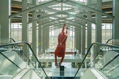 Het grote rode konijnkunst hangen bij de luchthaven Stock Afbeelding