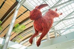 Het grote rode konijnkunst hangen bij de luchthaven Stock Fotografie