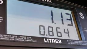 Het grote scherm van toenemende gasprijzen op het pompscherm stock video