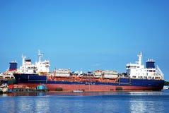 Het grote schip bij een meertros. royalty-vrije stock foto