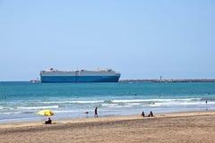 Het grote Schip gaat de Haven van Durban in Zuid-Afrika in Stock Foto